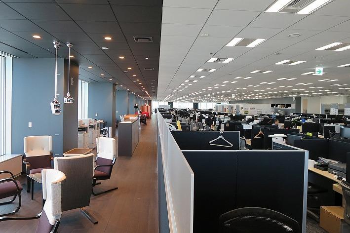 Tanseisha Co., Ltd./【Office area and corridor area】Surrounding the four sides, the corridor running along the windows uses a standardize gray color on floors, ceilings, and pillars.