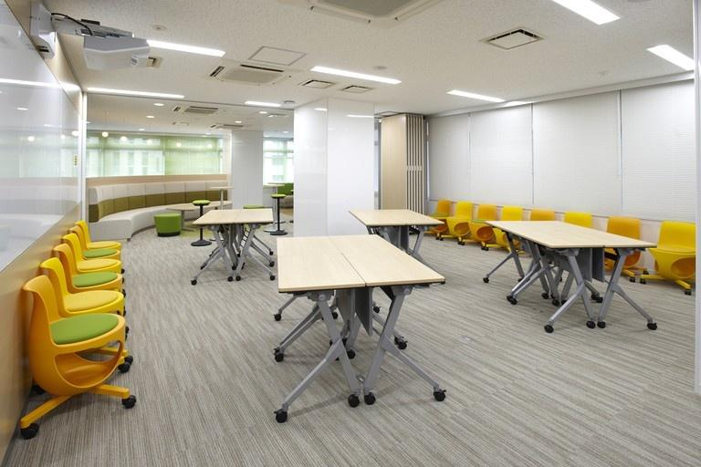 Taiyo Life Insurance Company/【Training room】Opening the movable partitions creates a social-gathering-style layout combining training room and lounge.