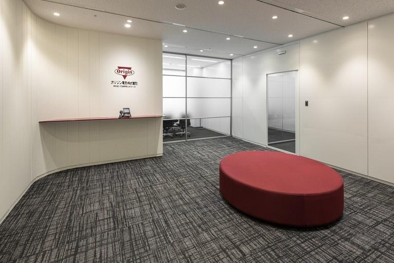Origin Electric Co., Ltd./【Entrance (Saitama-Shintoshin Head Office)】A simple entrance design incorporating the dark red corporate color.