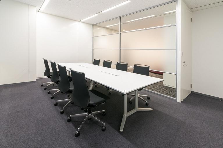 Origin Electric Co., Ltd./【Reception room (Saitama-Shintoshin Head Office)】Glass-partitioned visitor reception room brings natural light into the entrance area.