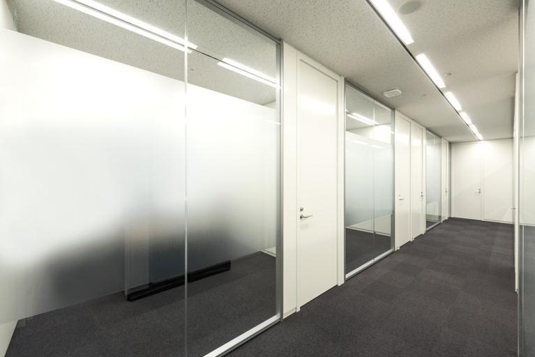 Origin Electric Co., Ltd./【Executive zone (Saitama-Shintoshin Head Office)】A series of glass partitions allows natural light into the interior.