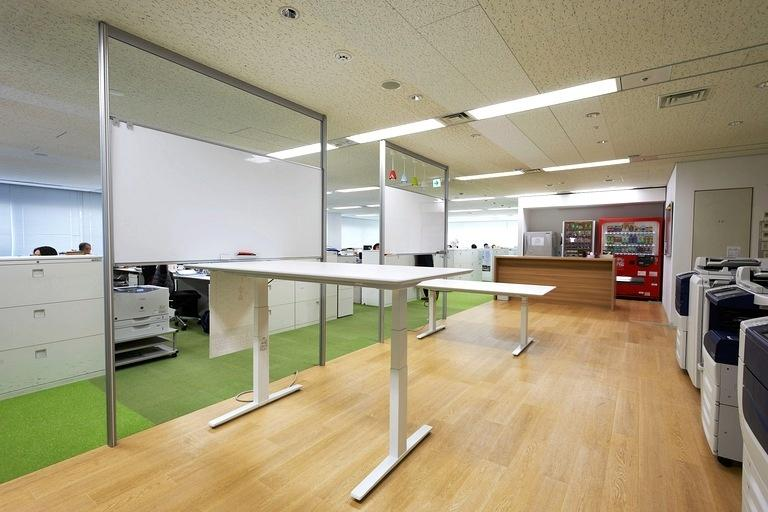 Japan Professional Football League/【Meeting corner】A meeting corner with electrically operated adjustable-height desks.