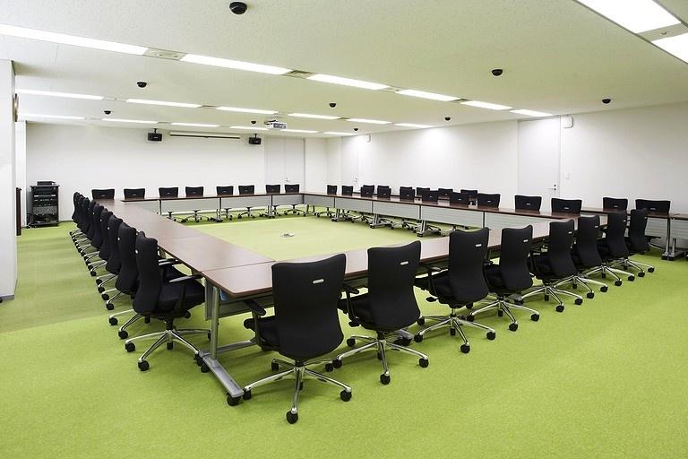 Japan Professional Football League/【Large conference room】Green carpet with 5.5m intervals representing turf stripes.