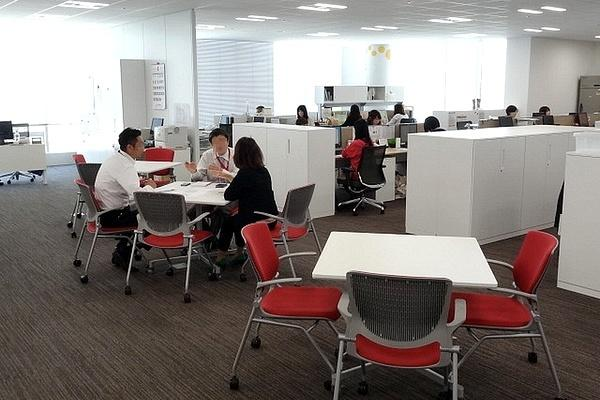 Ebara Foods Industry, Inc./【Work area: Open meeting space】Discussion spaces are located throughout the work areas.