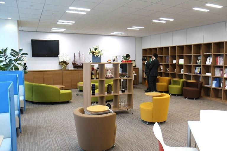 Ebara Foods Industry, Inc./【Lounge】An information corner where the latest information (newspapers, magazines, etc.) can be gathered.