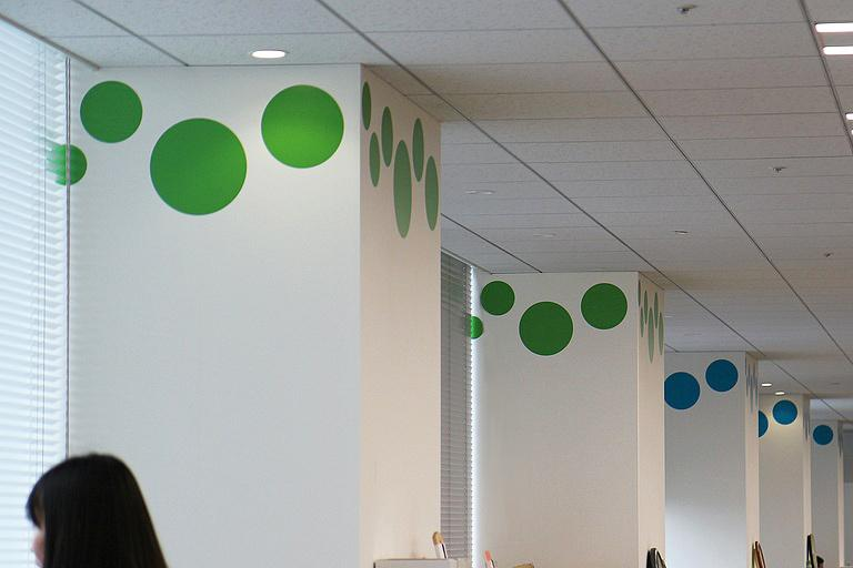Ebara Foods Industry, Inc./【Work area: Pillar decoration】Pillars are decorated with assorted colors for location identification.