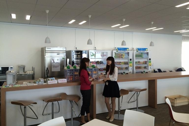 Ebara Foods Industry, Inc./【Lounge】A counter for multipurpose use.