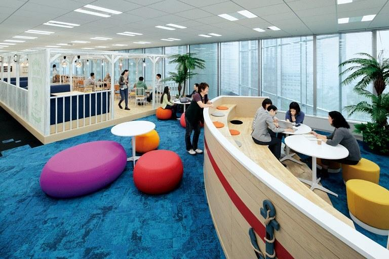 "BANDAI NAMCO Entertainment Inc./【8F Communication space/BEACH】Stair-like discussion corner with a ""boat floating on the sea"" motif."