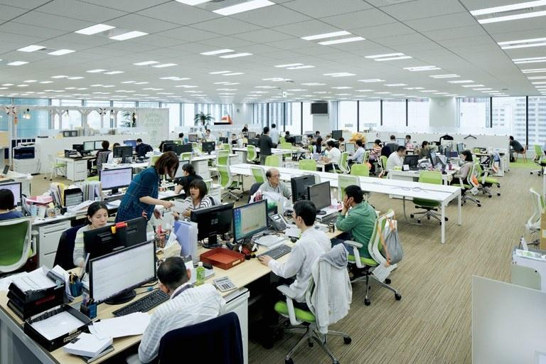 BANDAI NAMCO Entertainment Inc./【Work area】A crisscross desk placement spurs casual communication.