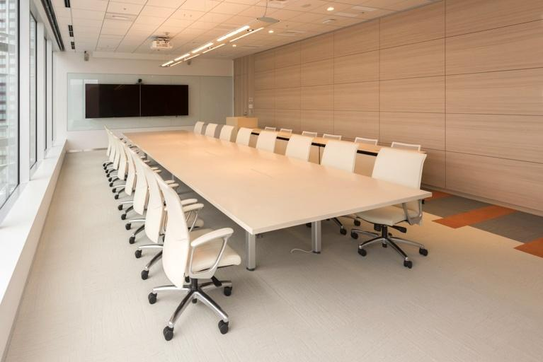 BANDAI NAMCO Entertainment Inc./【Executive conference room】The space creates an elegant impression with bright woodgrain and white.