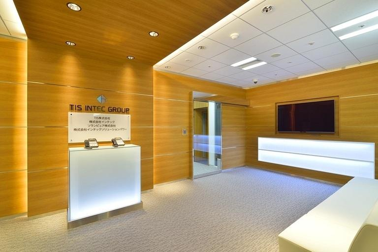 TIS Inc./【37F General reception area】This space incorporates lighting effects created with indirect lighting, etc.