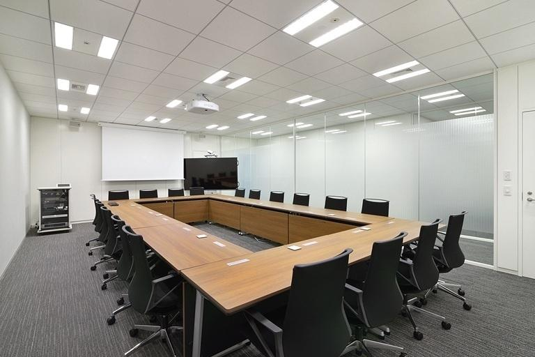 TIS Inc./【30F Conference room】A video conferencing system is installed in each conference room.