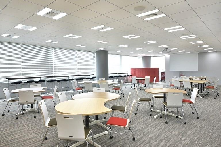 TIS Inc./【Office floor multipurpose space】For multipurpose use (discussions, relaxation, etc.), this space is provided on each floor.