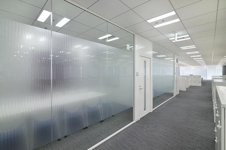TIS Inc./【Office floor conference rooms】There is a feeling of openness and unity with work areas.