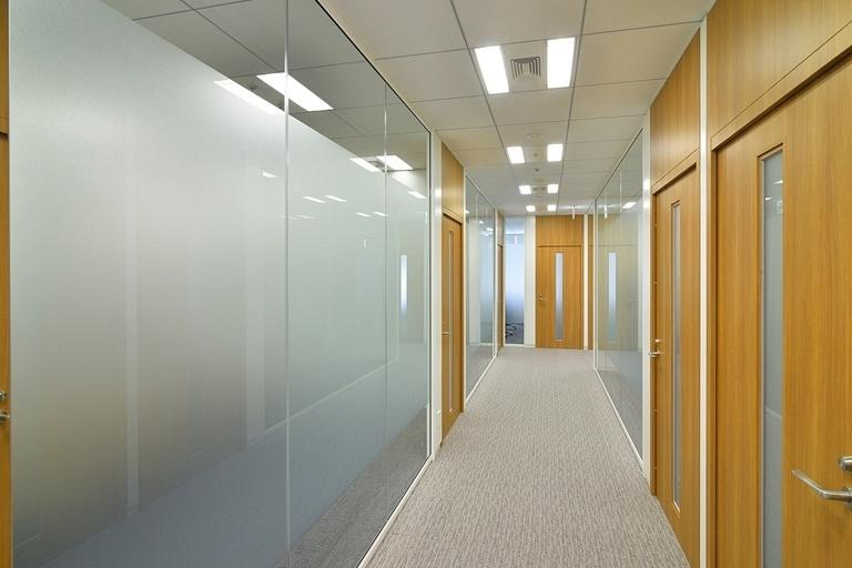 TIS Inc./【37F Corridor】Glass walls reduce the feeling of pressure from narrow space.