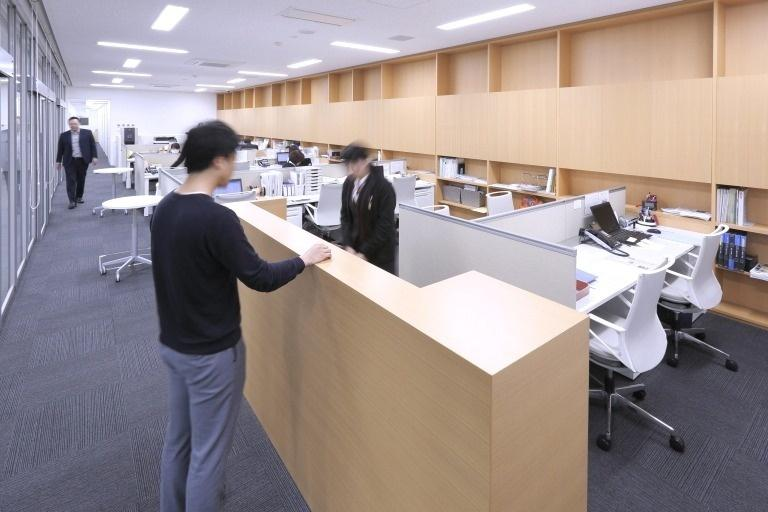 Sendai Oroshisho Center/【Administrative office】Universal layout. Adjacent to the business lounge, the office design facilitates the quick handling of visitors.