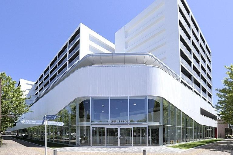 Sendai Oroshisho Center/【Facade】The building form is open to the wide intersection and reflects the wall-setback lines and height restrictions of the district improvement plan guidelines.