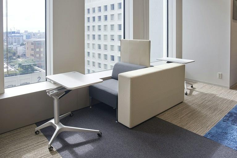Aozora Bank, Ltd./【Window space】At the sofa-type free-address seating, people can work in a relaxed manner while enjoying the outside scenery.