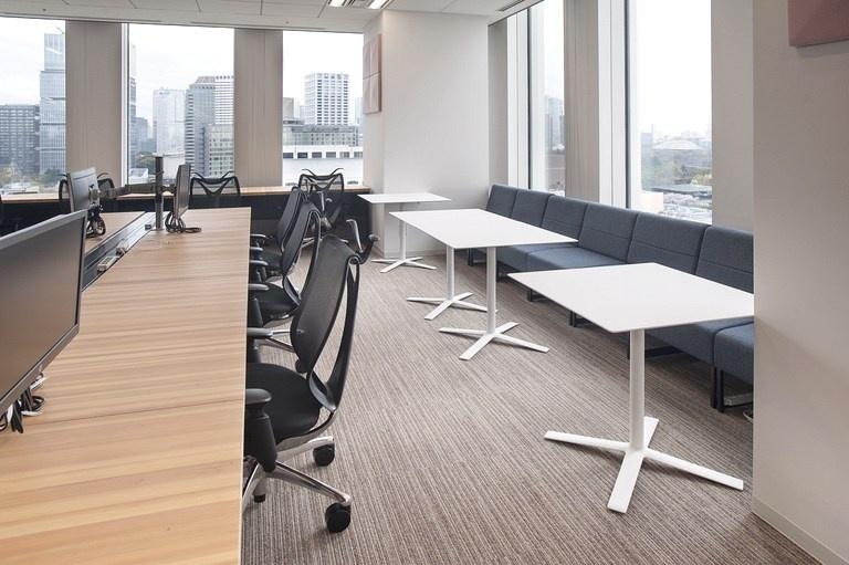 Aozora Bank, Ltd./【Window space】Lounge-type free-address seating. People can concentrate on work without worrying about what is behind them.