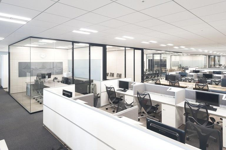 Aozora Bank, Ltd./【Office area: Executive offices and conference rooms】Executive offices and conference rooms are situated in core area. The use of uniform modules means usage changes can be flexibly accommodated.